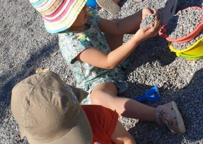 spielen im Sand/Kies