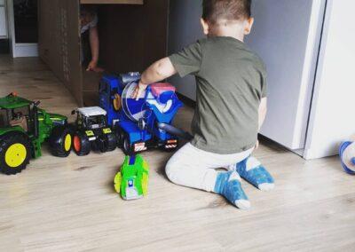 spielen mit grossen Traktoren