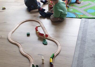 spielen mit der Eisenbahn und den Autos